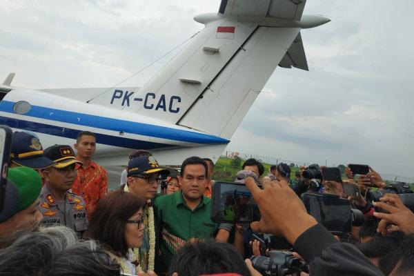 Pendaratan perdana pesawat King Air PK-CAC yang mengangkut rombongan Kemenhub RI tiba di Bandara Ngloram Cepu, Kabupaten Blora