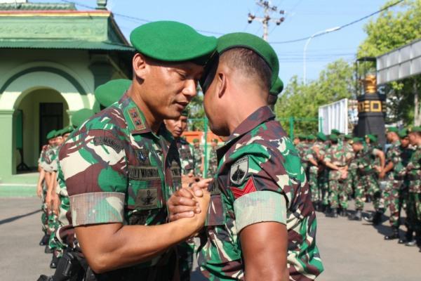 Dandim 0721/Blora Letkol Inf Ali Mahmudi melepas anggotanya berangkat ke Papua
