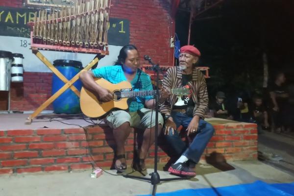 Seniman Blora, Usye (topi merah) tampil dalam Sambung Rasa bersama komunitas Kandang Pendaki di lokasi Waduk Greneng, Tunjungan Kabupaten Blora