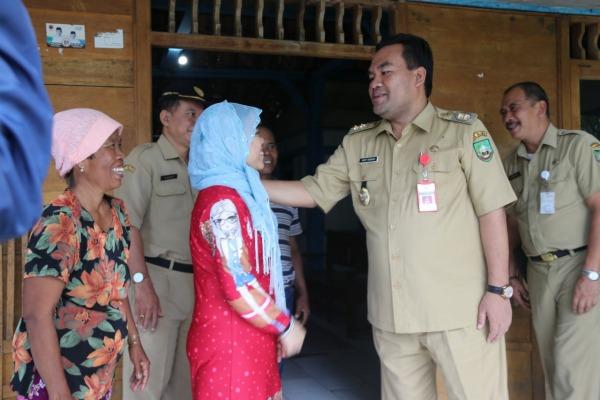 Wakil Bupati Blora Arief Rohman berkunjung ke kediaman Naning (29) di Desa Plosorejo Kecamatan Banjarejo Kabupaten Blora