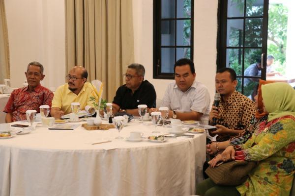 Wakil Bupati Blora Arief Rohman (baju putih) saat mendampingi rombongan komisi D DPRD Jateng usai meninjau pembangunan Bandara Ngloram Cepu