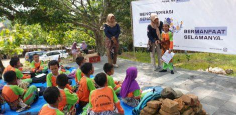 Forum Komunikasi Mahasiswa Kradenan (FKMK) mengajak siswa SD Negeri 2 Mendenrejo belajar sejarah lokal di Gua Sentono