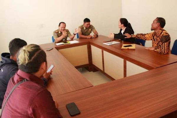 Balon Bupati dari PDI Perjuangan, Sri Enik (jas hitam), saat bertandang ke kantor Satpol PP Blora