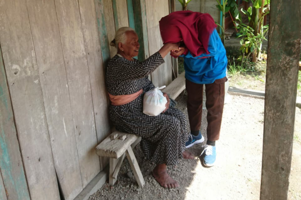 Siswa MA Ma'arif NU Doplang menyerahkan bingkisan sembako kepada lansia