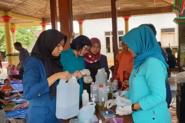 Pembuatan hand sanitizer dari daun kelor oleh mahasiswa KKN Tematik Undip Semarang di Desa Jomblang Kecamatan Jepon Kabupaten Blora