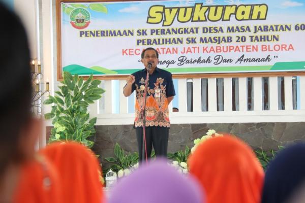 Bupati Djoko Nugroho dalam syukuran penerimaan SK Perangkat Desa se- Kecamatan Jati, di pendopo Kantor Kecamatan setempat