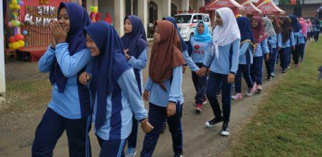 Jalan sehat dalam rangka HUT ke- 15 SMK Al Hikmah
