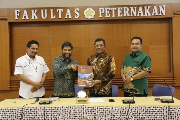 Penandatanganan nota Perjanjian Kerjasama (PKS) terkait pengembangan potensi peternakan antara Pemkab Blora dengan Fakultas Peternakan UGM Yogyakarta