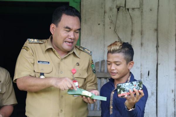 Wabup Blora Arief Rohman bersama seniman ketoprak, Ucil