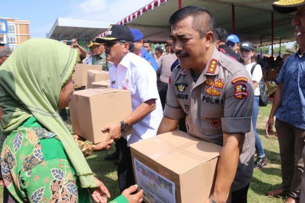 Kabaharkam Polri, Komjen Agus Andrianto menyerahkan bantuan sembako