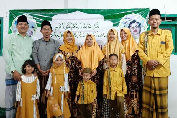 KH Muhammad Husaini (baju hijau) bersama keluarga besar PP Al Muhammad Cepu