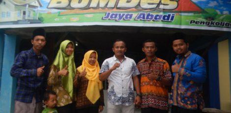 Kepala Desa Pengkoljagong, Sugiyono bersama pengurus BUMDes Jaya Abadi