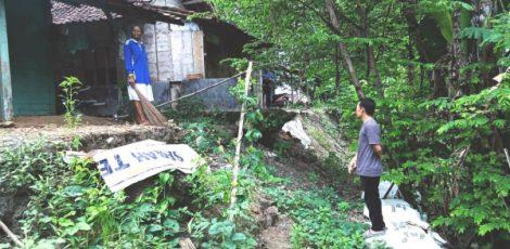 Anggota Badan Permusyawaran Desa (BPD) Sidomulyo meninjau lokasi longsor