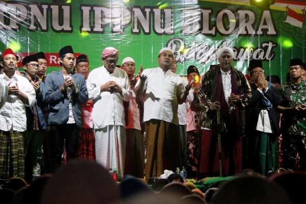 Habib Muhammad Syafi'i Alaydrus(sorban putih) dalam IPNU-IPPNU Blora Bersholawat di PP An Nur Seren, Sendangwungu Kecamatan Banjarejo Kabupaten Blora
