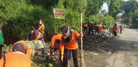 Petugas Dinas Lingkungan Hidup (DLH) Kabupaten Blora membersihkan sampah