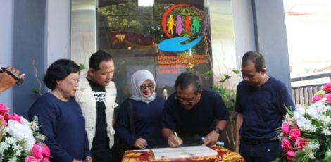 Bupati Blora Djoko Nugroho menandatangani prasasti peresmian Unit Pelaksana Program Kesejahteraan Sosial Anak Integratif (UPPKSAI)