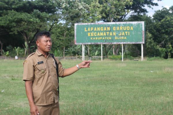 Kades Doplang Agus Supriyono meninjau kawasan lapangan Garuda, Desa Doplang Kecamatan Jati Kabupaten Blora