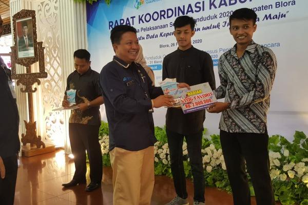 Juara Favorit kompetisi vlog Sensus Penduduk 2020, Arif Syaifuddin menerima hadiah dari Kepala BPS Blora, Heru Prasetyo