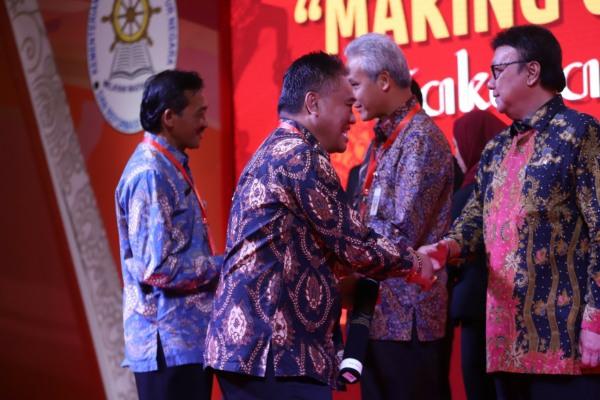 Sekda Blora, Komang Gede Irawadi menerima piagam SAKIP Award 2019 dari Menteri Pemberdayaan Aparatur Negara dan Reformasi Birokrasi (MenPAN-RB)