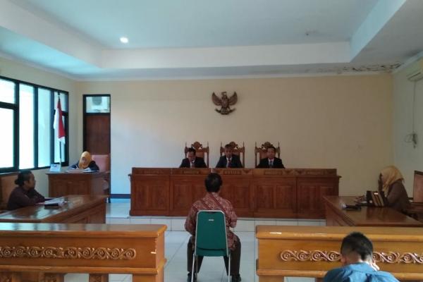 Kaur Umum Desa Pilang, Farid Mahmud bersaksi di Sidang ajudikasi non-litigasi dalam penyelesaian sengketa informasi oleh Komisi Informasi Publik Daerah (KIPD) Jateng