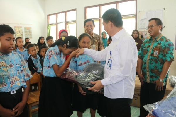 Sesditjen Perdagangan Dalam Negeri Kementerian Perdagangan, Syailendra menyerahkan peralatan sekolah kepada para pelajar di Blora