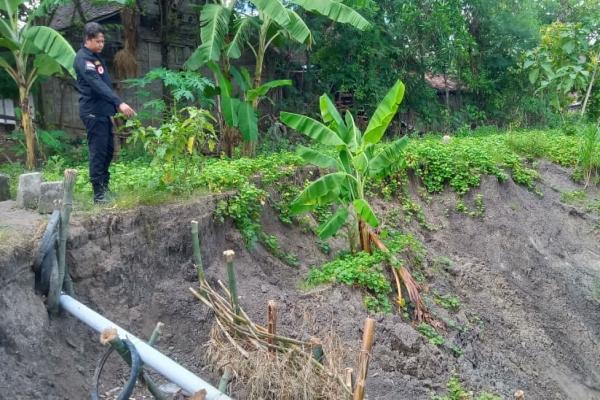 Petugas TRC BPBD Blora melakukan pengecekan di lokasi longsor, Desa Pilang Kecamatan Randublatung Kabupaten Blora