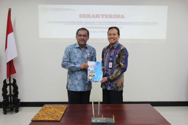 Bupati Blora Djoko Nugroho menyerahkan laporan keuangan tahun 2019 kepada BPK RI perwakilan Jawa Tengah, di Semarang