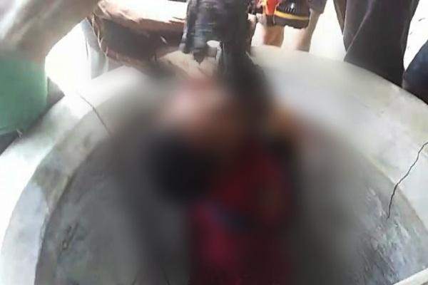 Warga mengevakuasi Sukini (53) dari sumur di Desa Ketringan Kecamatan Jiken Kabupaten Blora