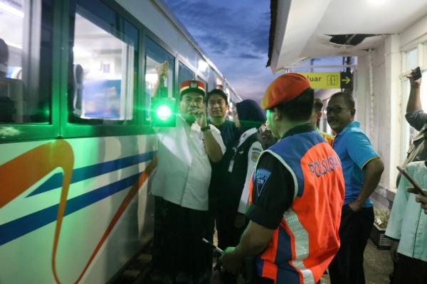 Wakil Bupati Blora Arief Rohman meniup peluit sebagai tanda pemberangkatan KA Blora Jaya dari Stasiun Wadu menuju Semarang