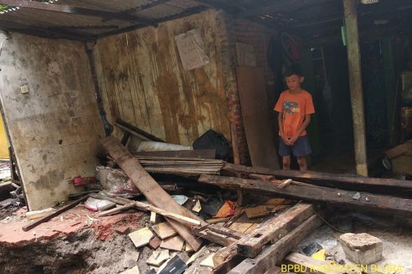 Longsor menimpa bagian belakang rumah milik Sutardi (67) di Kelurahan Cepu RT 04 RW 02 Kecamatan Cepu Kabupaten Blora
