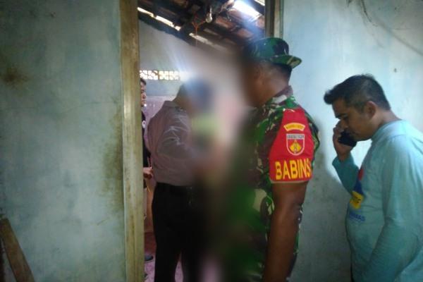 Petugas Polsek Jepon Polres Blora melakukan pemeriksaan di lokasi gantung diri