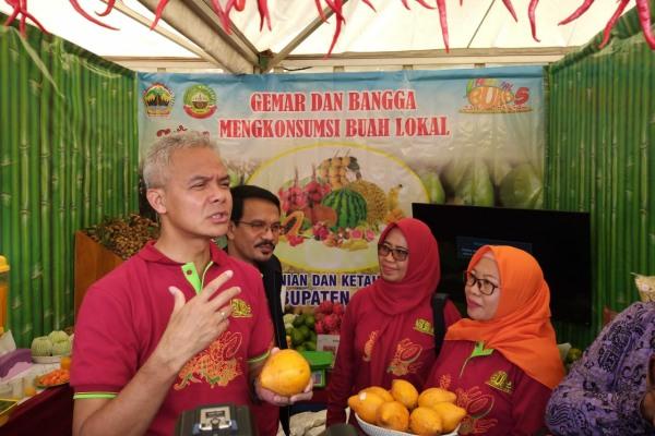 Gubernur Jawa Tengah, Ganjar Pranowo mencicipi buah Alkesa di stand Blora dalam Festival Buah Jawa Tengah 2020