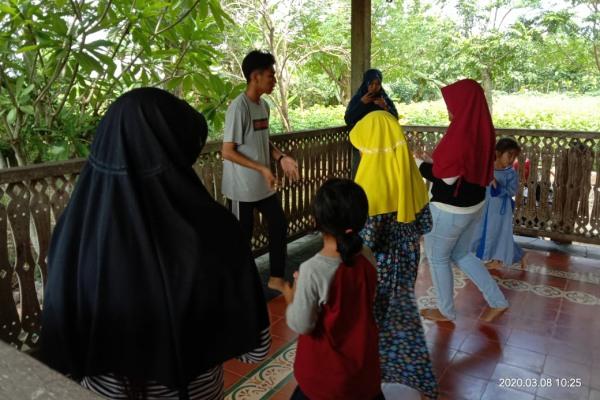 Mahasiswa PEM Akamigas melatih anak-anak menari di Rumah Bucu Cethik Geni, Dusun Wangkot Desa Kapuan Kecamatan Cepu Kabupaten Blora