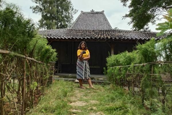 Kegiatan Clarista Yovinka Naftali (22), mahasiswa Universitas Multimedia Nusantara yang tengah magang di Taman Baca dan Budaya Cethik Geni