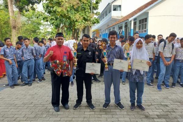 Kepala SMK Muhammadiyah 2 Blora bersama para juara
