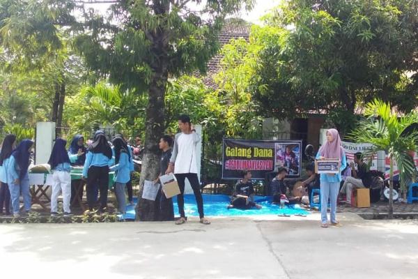 Aksi galang dana untuk membantu biaya pengobatan penderita tumor, Lasiyem, di kawasan depan kantor Telkom Randublatung