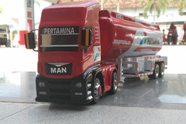 Miniatur truk tanki karya Nasrun Rosyid (41), warga Dusun Denguk Desa Andongrejo Kecamatan Blora Kota, Kabupaten Blora
