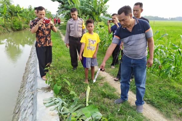 Petugas Polsek Blora Kota Polres Blora menunjukkan lokasi tenggelamnya Jalaludin (8), di sungai Dusun Ploso Desa Kamolan Kecamatan Blora Kota Kabupaten Blora