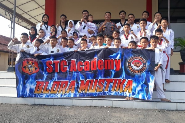 Kapolsek Blora Kota Polres Blora, AKP Agus Budiana bersama para atlet STC Academy Blora Mustika