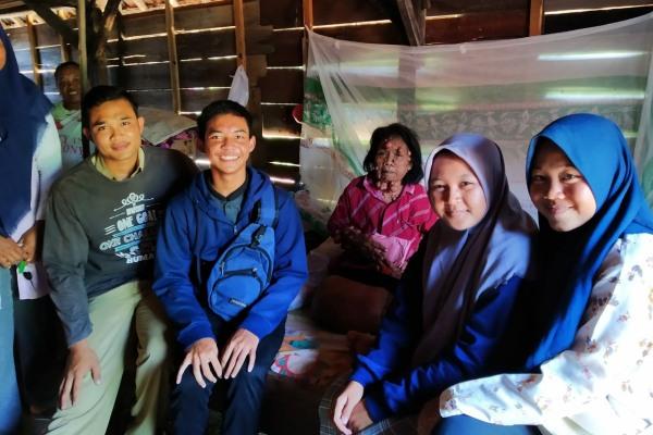 Tim PAPI Region Randublatung menyerahkan donasi kepada penderita tumor, Lasiyem (48)