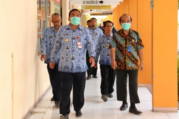 Wakil Bupati Arief Rohman mengecek kamar isolasi untuk pasien terduga Covid-19