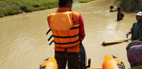 Petugas BPBD Blora bersama tim Basarnas Pos Jepara melakukan pencarian korban hanyut di Sungai Wulung, Kecamatan Randublatung Kabupaten Blora