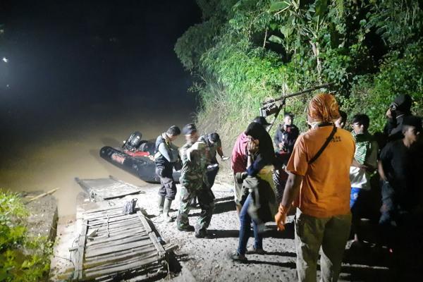 Tim SAR gabungan mengevakuasi jenazah korban hanyut di muara Sungai Wulung dekat Bengawan Solo