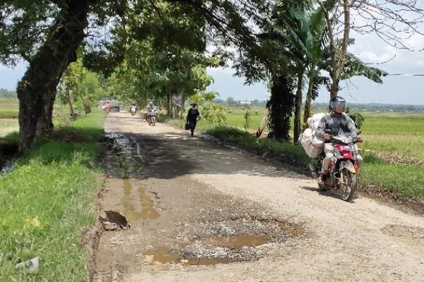 Kondisi sebagian titik ruas jalan raya Kunduran-Doplang, wilayah Kecamatan Kunduran Kabupaten Blora