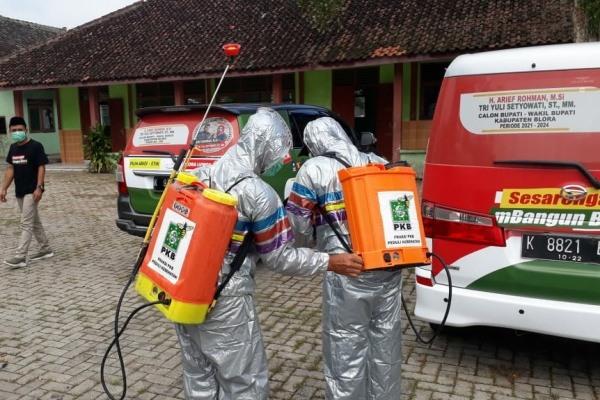 Fraksi PKB Blora melakukan penyemprotan desinfektan di Pondok Pesantrn Nurul Huda Desa Jiken Kecamatan Jiken Kabupaten Blora