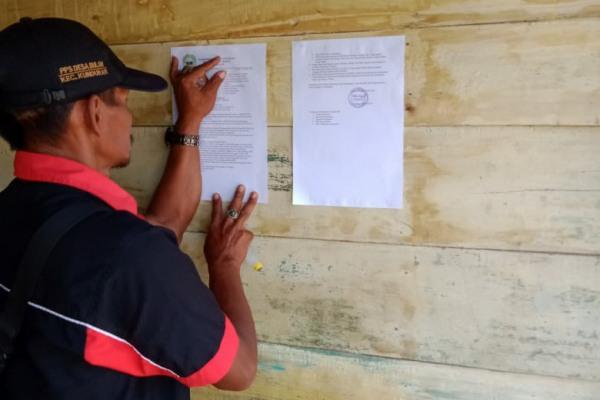 Perangkat Desa Buloh Kecamatan Kunduran menempelkan fotokopi SE Antisipasi Covid-19