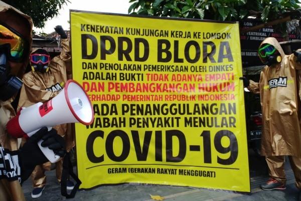 Sejumlah aktivis GERAM membentangkan spanduk bertuliskan tuntutan kepada DPRD Blora