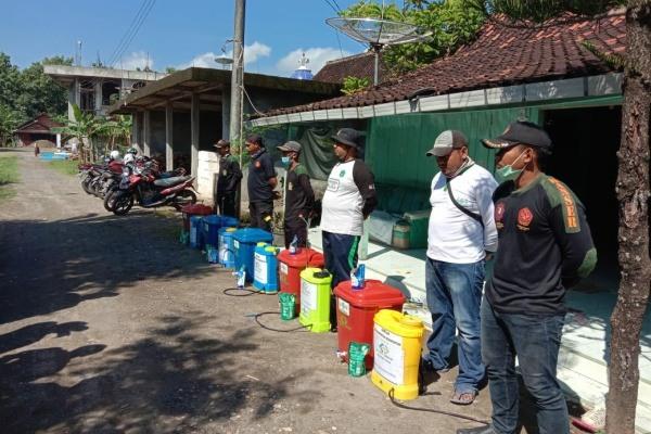 Penyemprotan desinfektan oleh relawan NU Kradenan