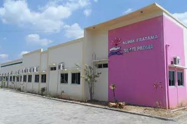 Klinik Bakti Padma di jalan Blora-Randublatung Kilometer 4 Desa Klopoduwur Kecamatan Banjarejo Kabupaten Blora