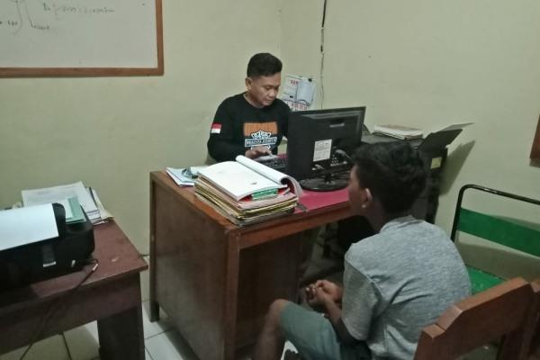 Petugas Polsek Jiken Polres Blora melakukan pemeriksaan terhadap pelaku curanmor, Doni Suyanto (18)